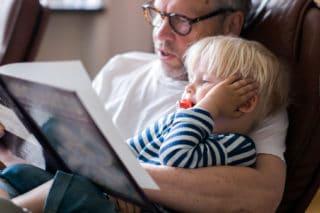 Lege hjem til bestefar og barnebarn, som leser bok mens de venter