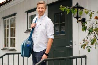 Lege og daglig leder Nicolai Skarsgård på vei på hjemmebesøk